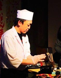 敦さんお寿司握る
